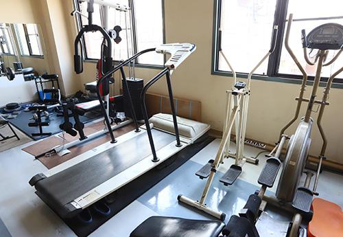 フィットネスクラブのようなトレーニングマシーンの数々。仕事の合間に筋力アップができます。